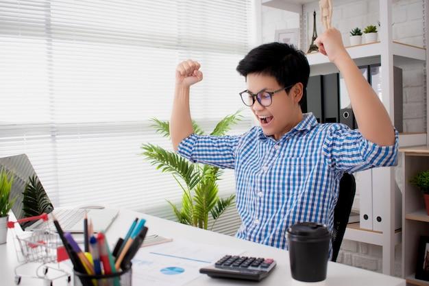 Молодые деловые люди носят синие клетчатые рубашки, довольные и довольные успехом продаж