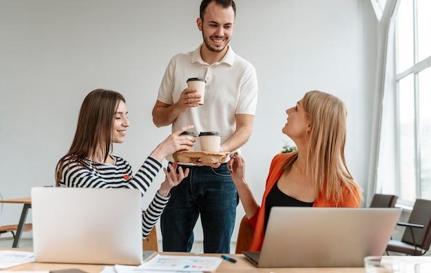 Giovani imprenditori che lavorano al computer portatile
