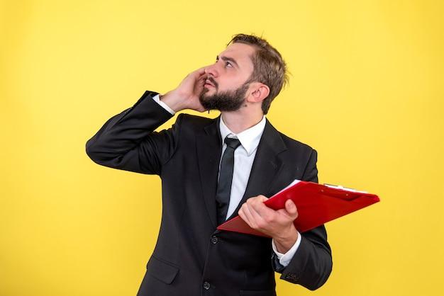 手にノートを持ってブレーンストーミングの若いビジネスパーソン