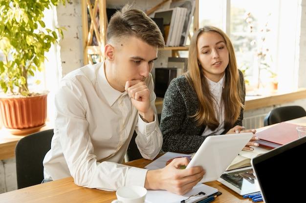 회의, 창의적인 사무실을 갖는 젊은 비즈니스 전문가