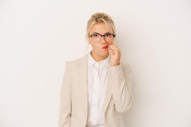 秘密を保持している唇に指で白い背景で隔離の若いビジネスロシアの女性。