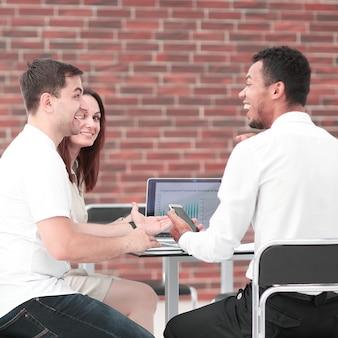 新しい金融プロジェクトについて話し合う若いビジネスチーム。チームワークの概念