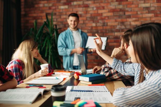 Молодая бизнес-команда смотрит новую презентацию