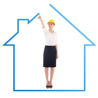 若いビジネス女性建築家の白い背景で隔離の家を描く