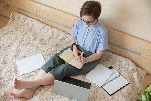 직장에서 집에서 젊은 비즈니스 우먼 손 기호 클래스를 보여줍니다. 재택근무, 새로운 일상의 현실.