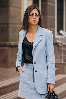 紺のスーツに身を包んだ若いビジネス女性