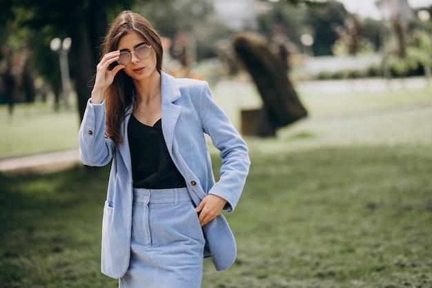 파란 양복을 입은 젊은 비즈니스 우먼