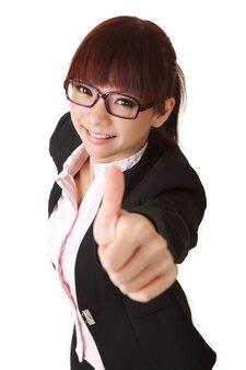 Молодая деловая женщина дает вам отличный знак, портрет крупным планом.