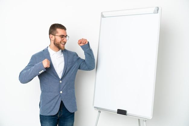 승리를 축하하는 흰색 배경에 고립 된 화이트 보드에 프레젠테이션을 젊은 비즈니스 우먼 프리미엄 사진