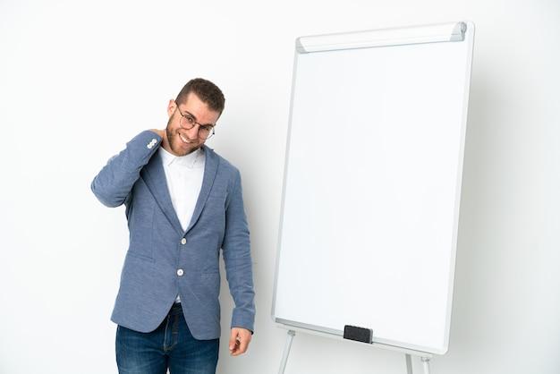 흰색 배경 웃음에 고립 된 화이트 보드에 프레 젠 테이 션을주는 젊은 비즈니스 우먼