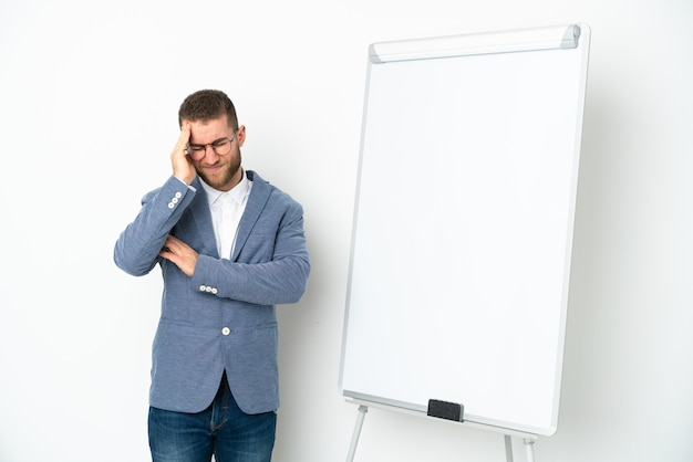 두통과 흰 배경에 고립 된 화이트 보드에 프레 젠 테이 션을주는 젊은 비즈니스 우먼