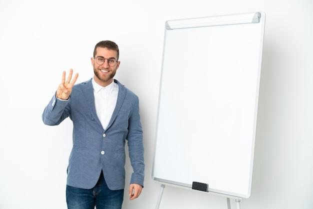 흰색 벽에 고립 된 화이트 보드에 프레 젠 테이 션을주는 젊은 비즈니스 우먼 행복 하 고 손가락으로 세 세