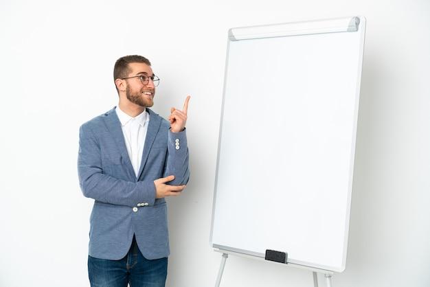 Молодая деловая женщина, проводящая презентацию на белой доске, изолирована