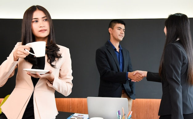 若いビジネス女性の幸福成功した従業員良い仕事