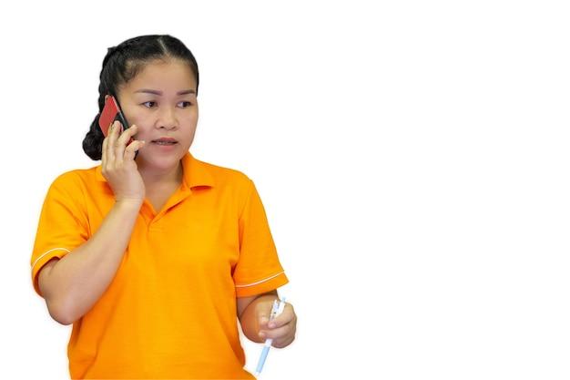 Молодая деловая женщина держит мобильный телефон, делает деловой или неформальный звонок на изолированном фоне