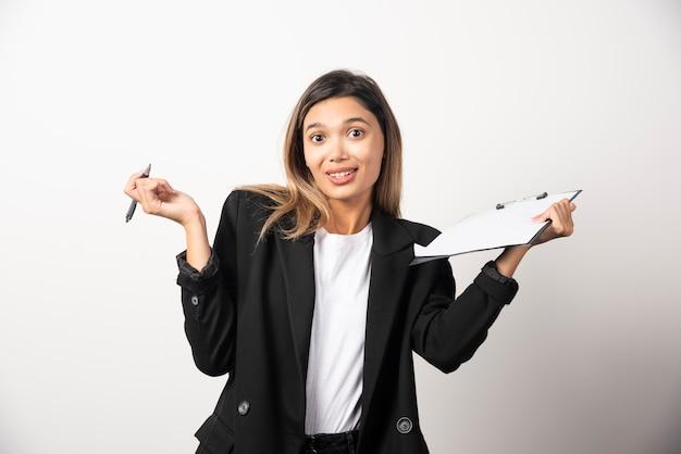 クリップボードを保持している若いビジネス女性。