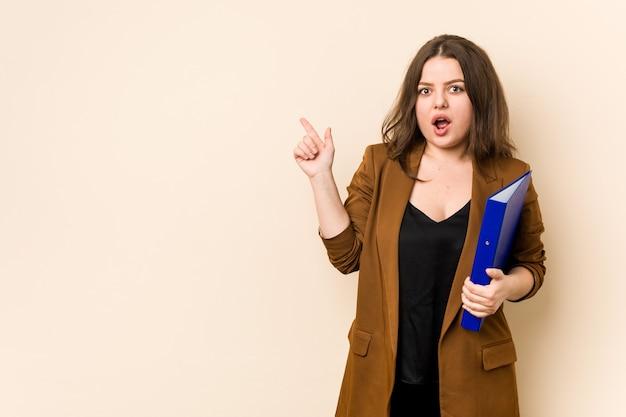 Молодая деловая женщина, держащая файлы, указывающие на сторону