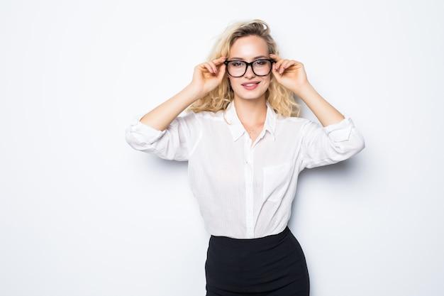 Молодая деловая женщина, держащая очки, изолированные на белой стене