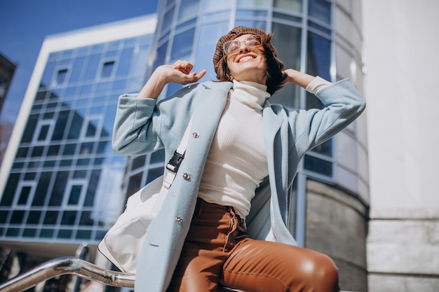 Молодая деловая женщина в повседневной одежде от бизнес-центра