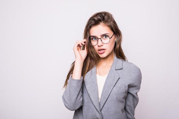 Молодая деловая женщина в очках на белом фоне