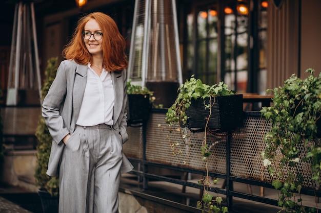 灰色のスーツを着た若いビジネス女性