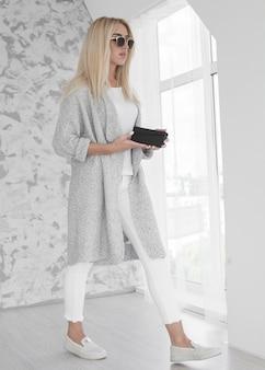 白い歩く若いビジネス女性