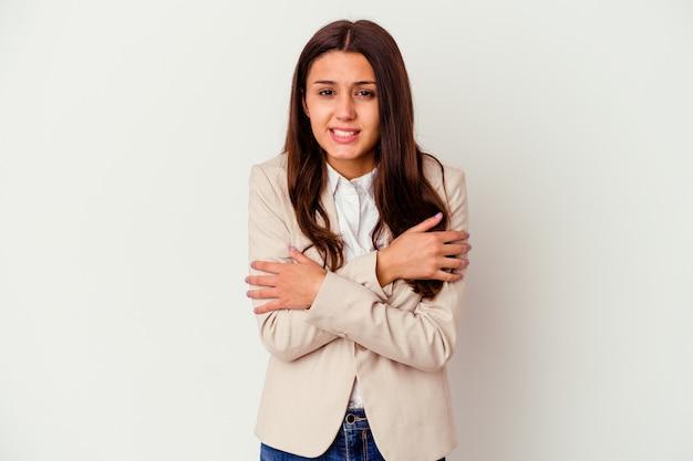 Молодая деловая женщина, изолированная на белой стене, остывает из-за низкой температуры или болезни