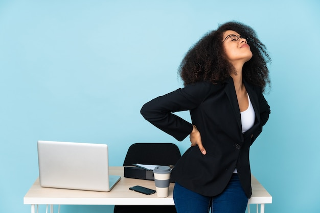 Молодая деловая женщина изолирована