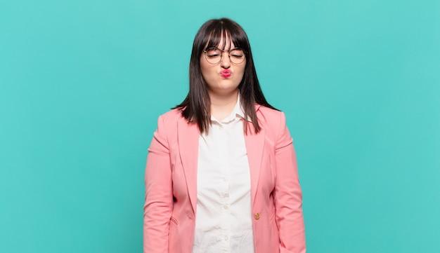 Молодая деловая женщина выглядит глупо и смешно с глупым косоглазым выражением лица, шутит и дурачится