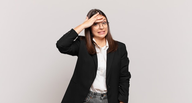 忘れられた締め切りに慌てて、ストレスを感じ、混乱や間違いを隠さなければならない若いビジネスウーマン