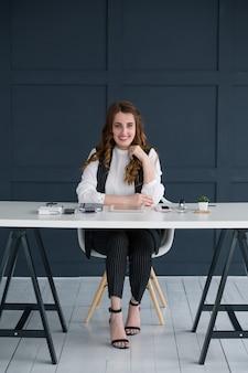젊은 비즈니스 여자 초상화입니다. 작업 공간에서 웃는 전문가
