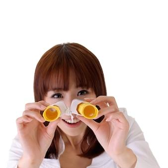 Молодая деловая женщина ищет возможность с помощью телескопа с улыбающимся выражением лица.