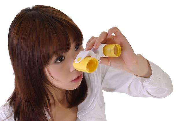 Молодая деловая женщина ищет возможность с помощью телескопа.