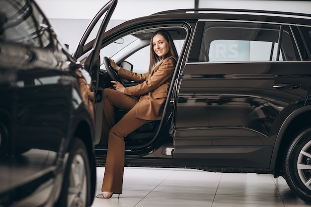 Молодая деловая женщина сидит в машине