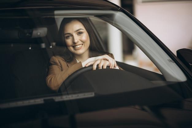 車に座っている若いビジネス女性