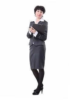 Молодая деловая женщина, изучающая деловой документ. изолированные на белом фоне