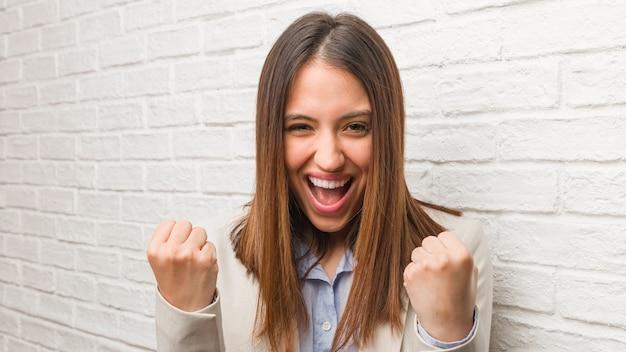 Молодая деловая женщина удивлена и шокирована