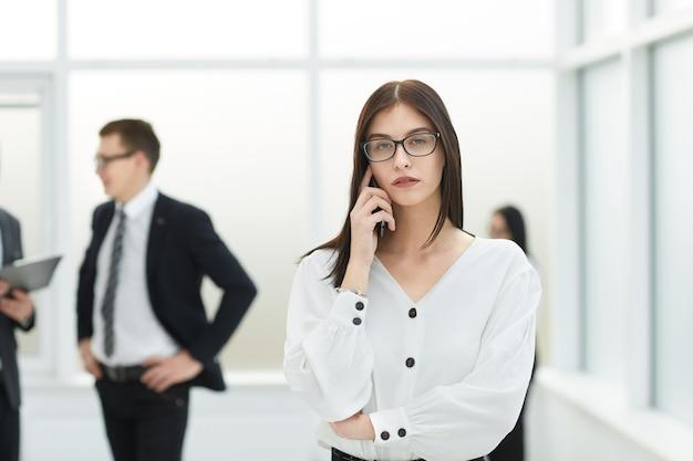 携帯電話で話している若いビジネスウーマン