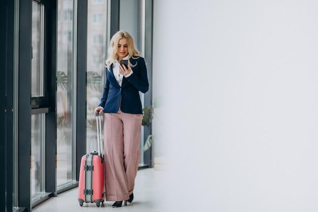 Giovane donna d'affari che viaggiano per affari