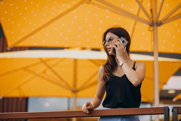 休暇中に電話を使用して若いビジネス女性