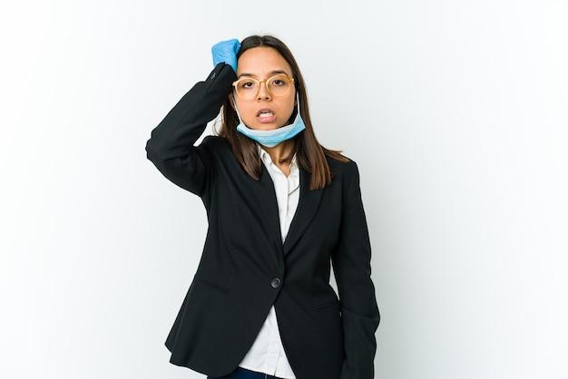 疲れて頭に手を置いて非常に眠い白い壁に隔離されたcovidから保護するためにマスクを身に着けている若いビジネスウーマン