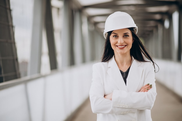 Молодая деловая женщина в каске на строительном объекте