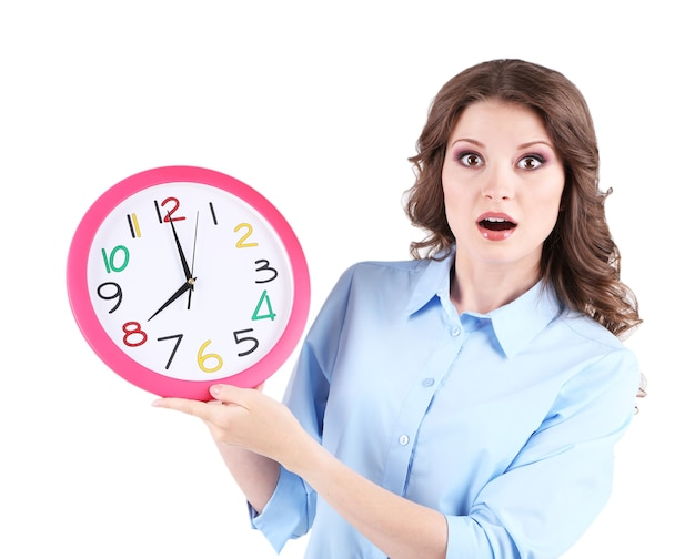 白で隔離の時計を持つ若いビジネス女性
