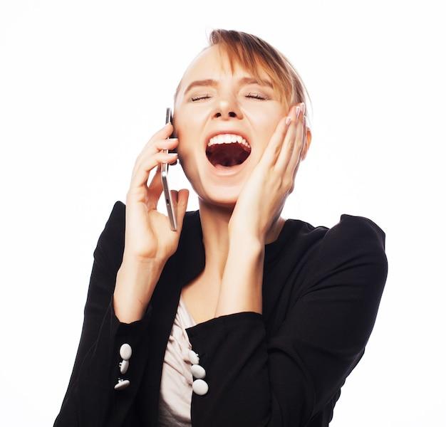 携帯電話を持つ若いビジネス女性
