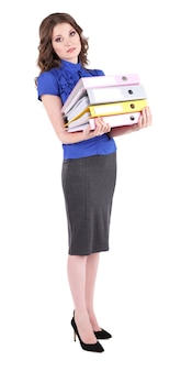白で隔離されるオフィス フォルダーを持つ若いビジネス女性