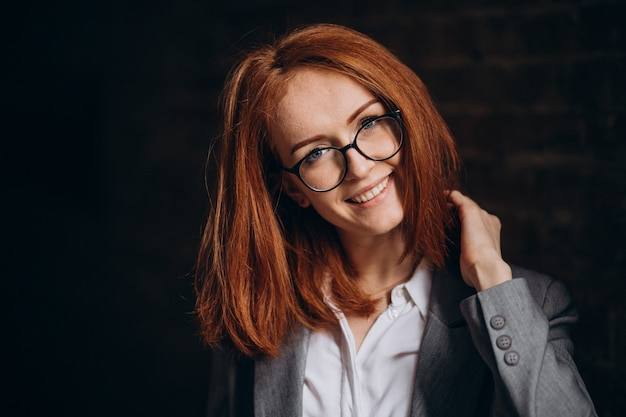 屋外で赤い髪の若いビジネス女性