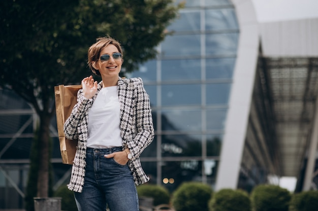 Молодая деловая женщина с хозяйственной сумкой