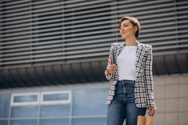 ショッピングバッグを持つ若いビジネス女性