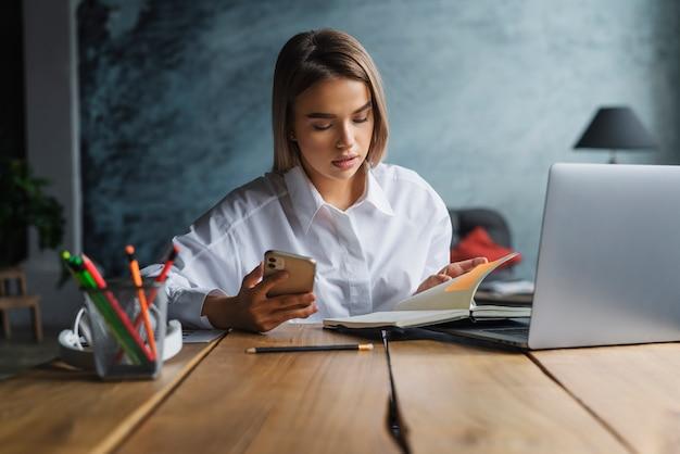 젊은 비즈니스 여자 집에서 일하고, 앉아 전면 노트북 화면을보고 생각