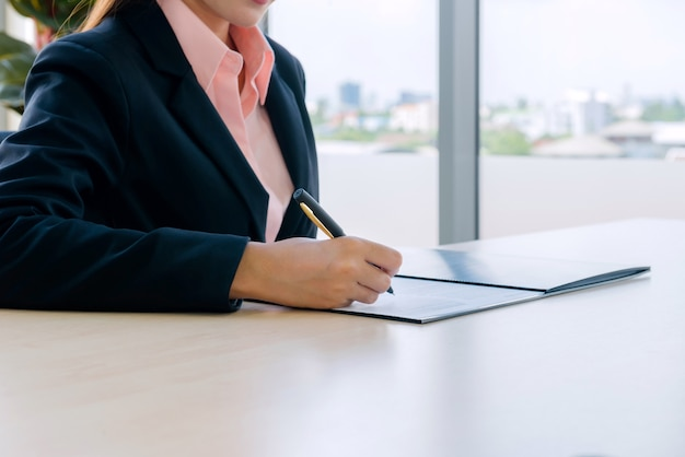Молодая деловая женщина, работающая в новом офисе